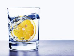 Bicchiere di acqua al mattino